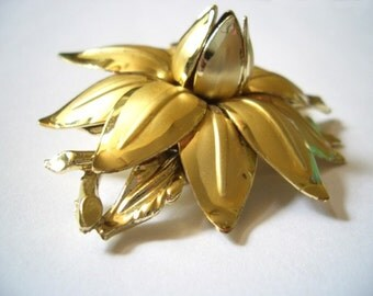 Vintage 3D Flower Brooch ... Marge played Bridge like her life depended on it. Moddities