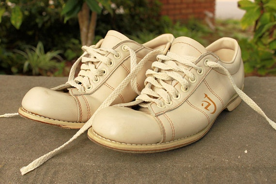 Cool off white vintage size 7/ 8 bowling shoes.