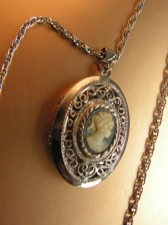 Victorian style vintage 70s silvertone metal necklace with cameo locket pendant.