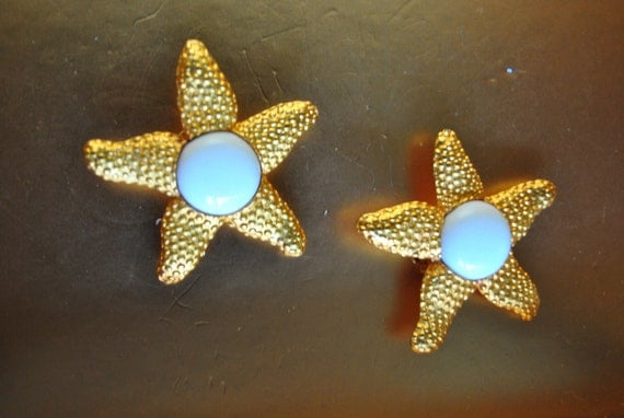 Luxurious vintage 80s nautical gold tone metal oversize  sea star  clip on earrings.