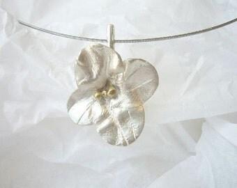 Florcita pendant, flower, gold, delicate, sterling, contemporary modern jewelry, bio, love, vantine, white,organic, choker