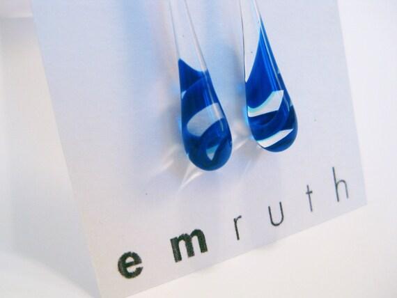 Teardrop earrings / clear and blue twist