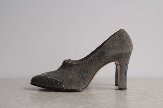 Vintage Shoes . Grey Suede . Pumps . 1970s Gray Leather . Spectator Vamp Size 6.5