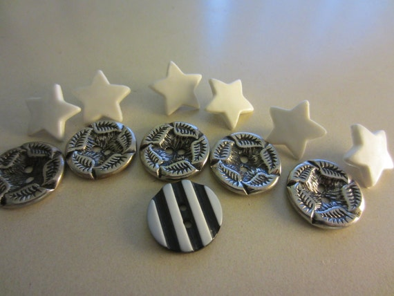 Vintage Buttons - Lot of 12 Stars and stripes buttons (228)