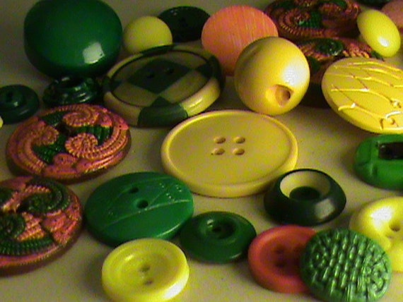 Vintage Buttons -  Lot of 33 Yellow, orange and green mix, very cute (lot no. 62)