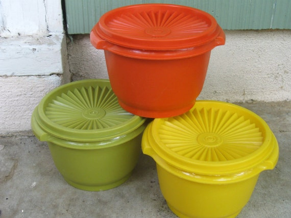 Set of 3 Vintage Servalier  Tupperware Bowls with Pleated Lids