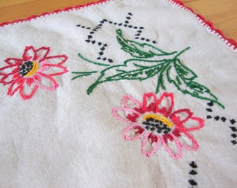 vintage EMBROIDERED DRESSER SCARF doily, table runner  -- cheerful red and pink daisies