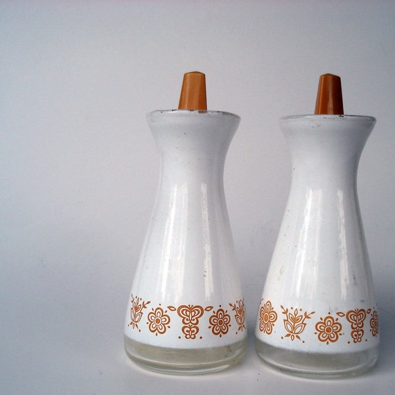 Gorgeous little Pyrex salt and pepper set - Gold butterfly pattern on white