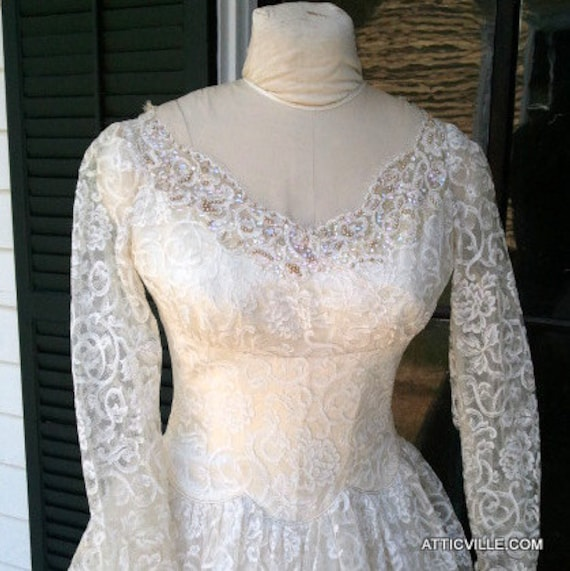 ON HOLD Vintage 1940s 1950s White Lace wedding Dress. Shelf Bust tea length cocktail party gown. Small