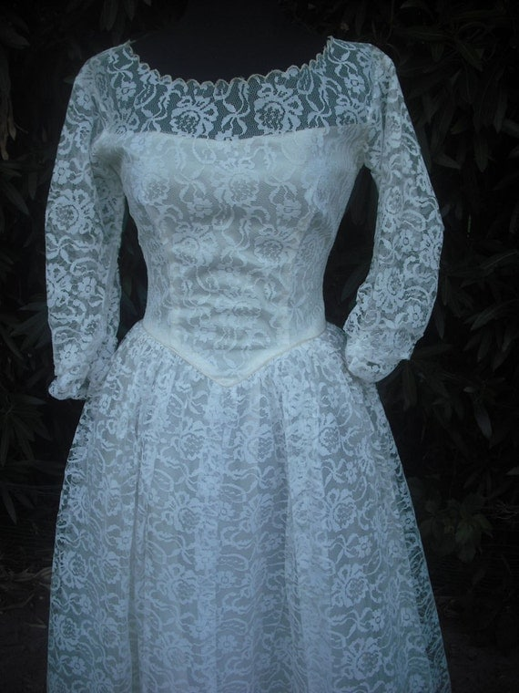 Vintage 1950s White Lace Bridal Gown / Tiered tulle Lace Wedding Gown // PromDress //  Bust 34  Waist 24