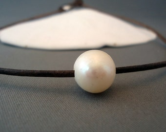 Classic pearl on leather