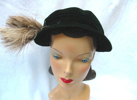 1930's Vintage Green Velvet Hat with Feathers 21 1/2