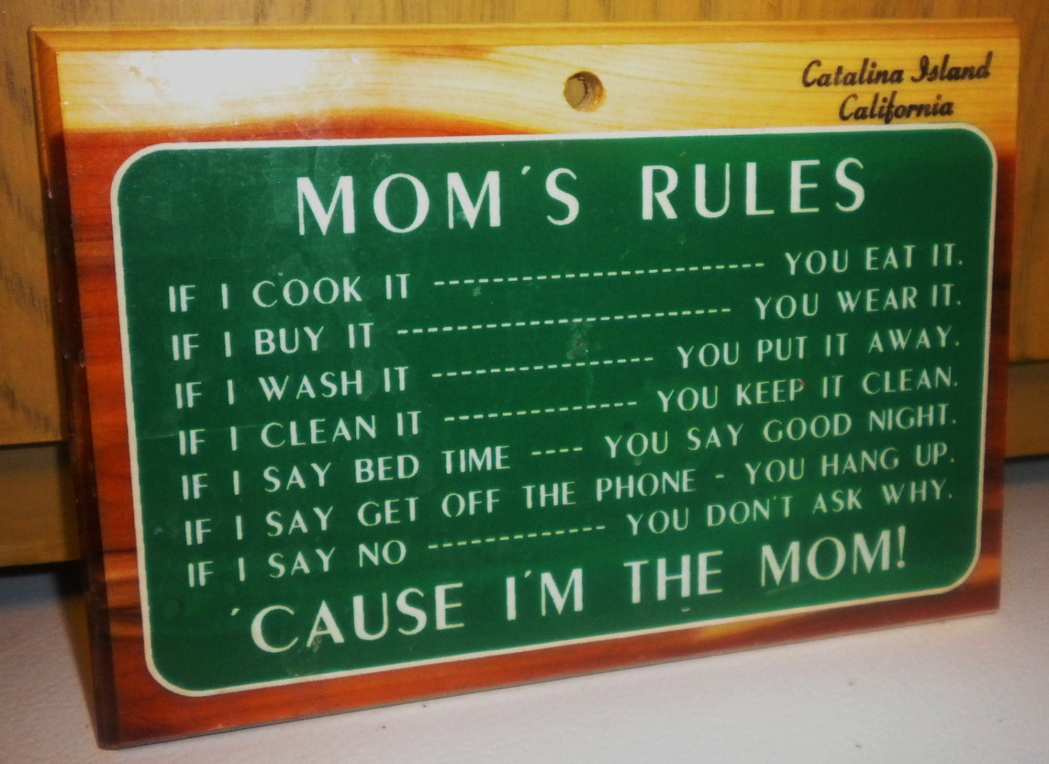 Souvenir Kitschy Mom's Rules Wall Plaque