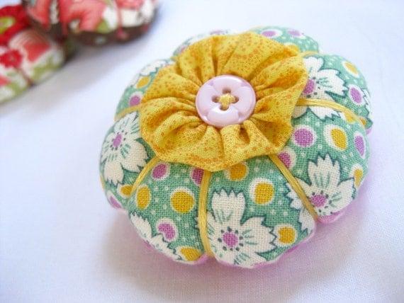 Itty Bitty Yo-Yo Flower Pincushion  in Spring Gingham