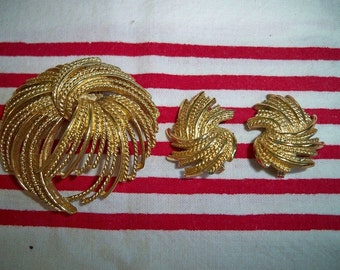 SALE! Vintage 1960s Monet Mirador Brooch Earrings Set Book Piece