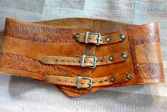 "Vintage western womens leather engraved three buckle belt 27""-30"""