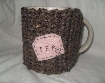 handmade crocheted tea mug cozy in barley brown with light pink eco felt hanging tea bag
