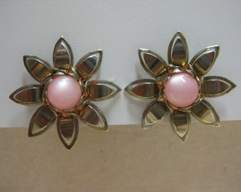 Pink Centered Daisy - earrings