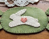 Mini SpRiNG Rabbit HaNdMaDe PRiMiTiVe PeNNy RuG  Easter CaNDLe MaT WooL FeLT DoiLY - backyardprims