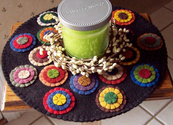 RoUND PRiMiTiVe PeNNy RuG WooL FeLT HaNDmaDE RAiNBoW DoiLY CaNDLe MaT DeCoRaTiON RusTic CoLoNiaL