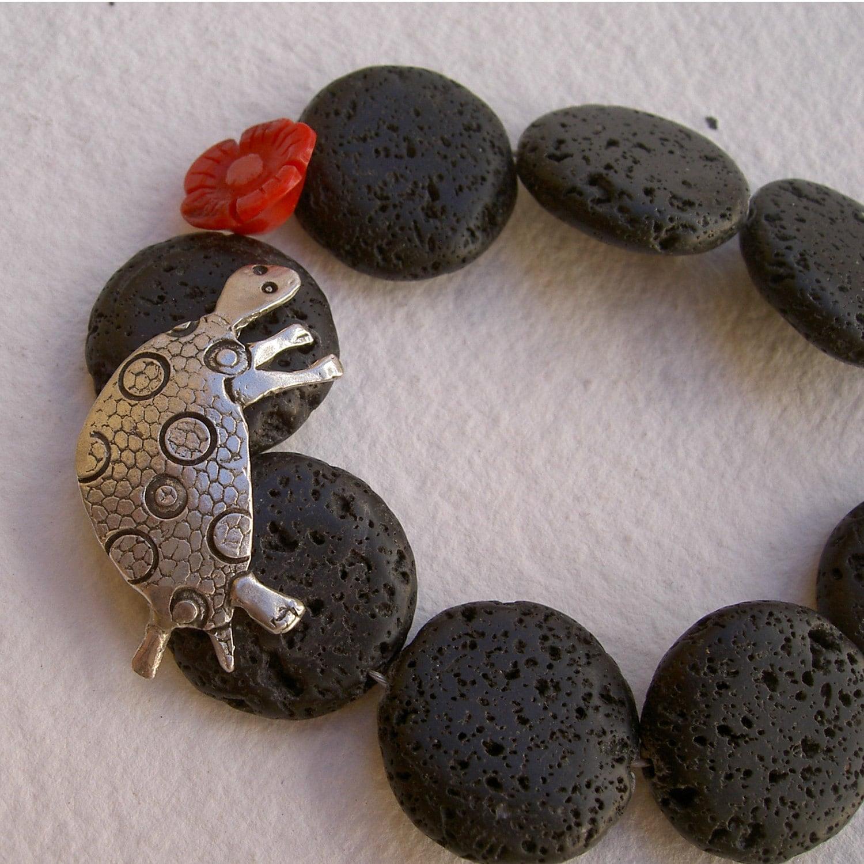 Pulsera tortuga con piedra volc nica y flor de coral for Piedra volcanica