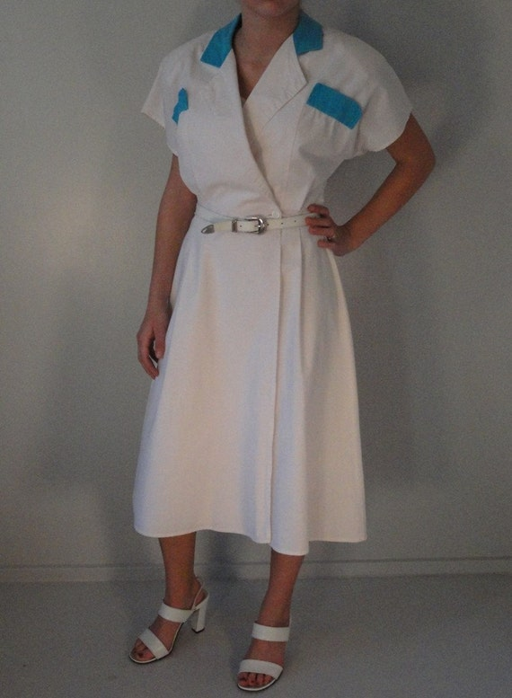 White with Turquoise Collar and Pocket Flaps Vintage Cotton Wrap Around Dress 1970s 1980s Size 11/12 Medium