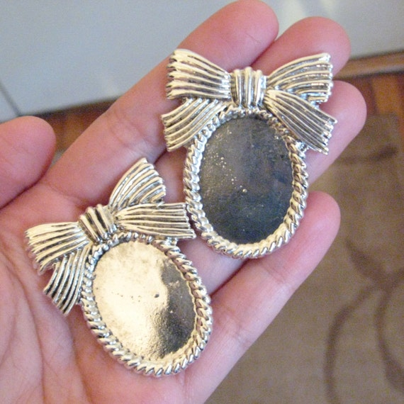 SUPER SALE - 2 Metal Bow Topped Cameo Settings with Roped Border - Silver Toned