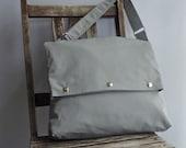 The EVELYN Foldover messenger - in Light grey