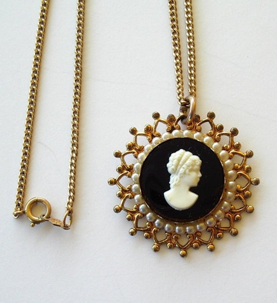 Vintage Costume Cameo Necklace Black and White 18 inch chain