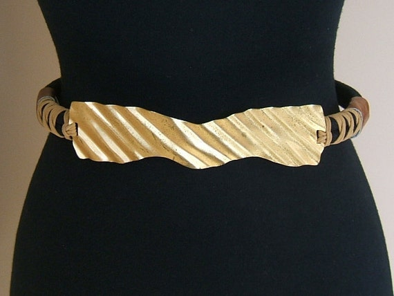 1970s 1980s Rope Metal Stripe Asymmetrical Stretch Cinch Black Belt. Black Cord with Gold Tone Metal and Leather. 29- 31 inch waist.