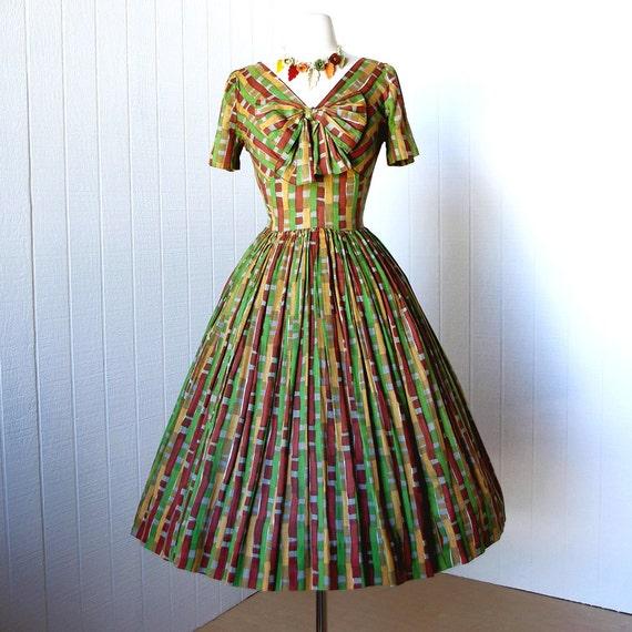 vintage 1950's dress ...fabulous SANDRA SAGE original mid-century print shelf-bust full skirt pin-up dress tulle crinoline big bow
