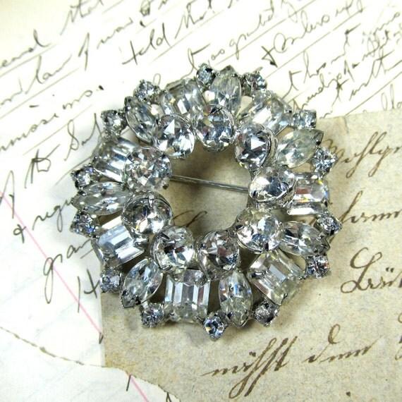 Vintage Weiss Crystal rhinestone circle brooch