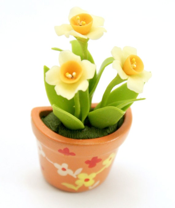 Miniature Polymer Clay Flowers Daffodil in handpainted terracotta pot, MAGNET