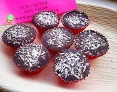 A box of 9 chocolates with muesli, fruit syrup and coconut. Vegan, organic, fair trade and nut free.