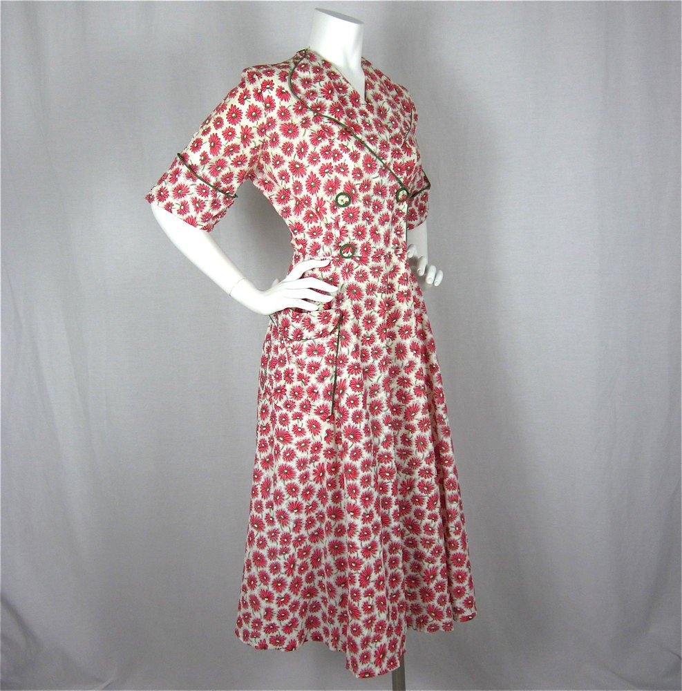 House Coat: Vintage 1940s Red Daisy House Coat Sz S By FireflyVintage