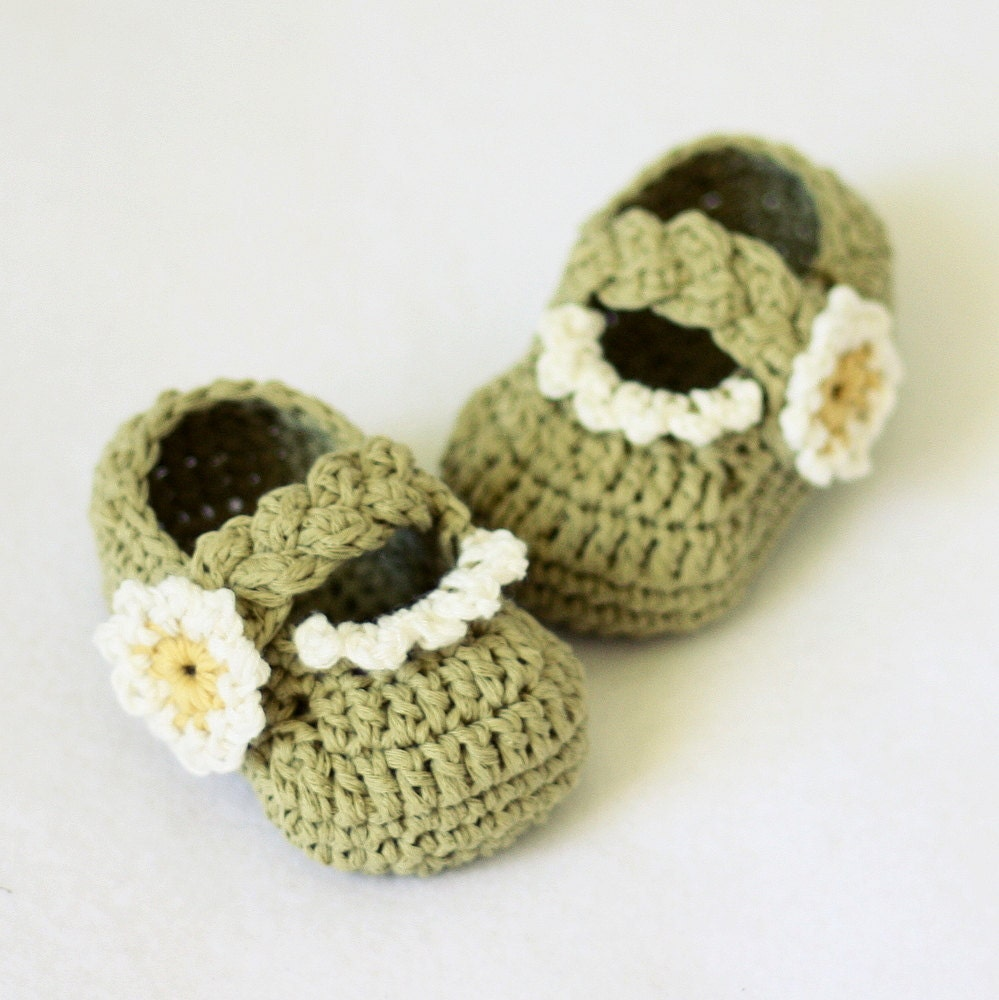 Crochet Patterns Etsy : Crochet PATTERN Daisy Braided Strap Booties 0-66-12 by monpetitviolon ...