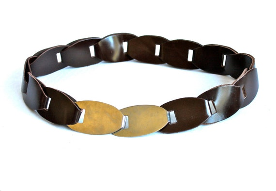 """70s Brown Faux Leather Boho Hippie Caged Solid Brass Cowgirl Country Belt . XS . 25"""" . Abox"""