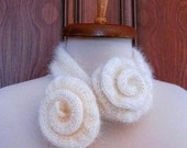 Shiny Ivory Rose Scarflette  from WWW.KOKOSHKNITTING.ETSY.COM