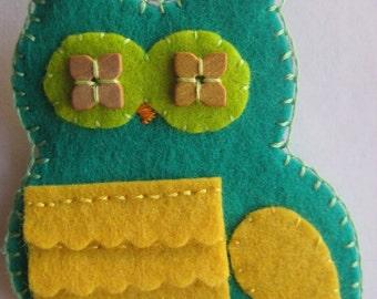 Fun Owl Pin in Green