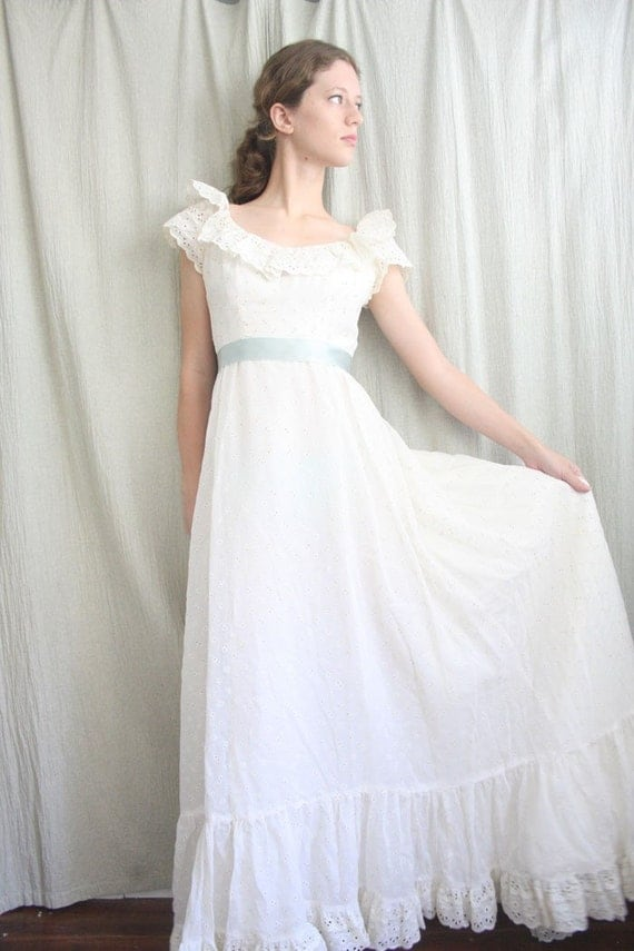 Vintage Pearl White Eyelet Lace Wedding Gown