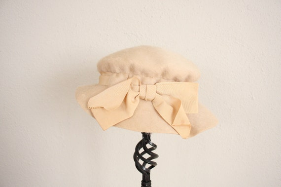 1960s Vintage Bonnet // Mid Century Cloche Cap in Tan Ivory with Ribbon Bow