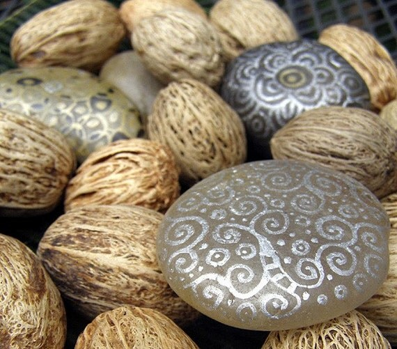 Decorative hand painted smooth river rocks - River rock painting ideas ...
