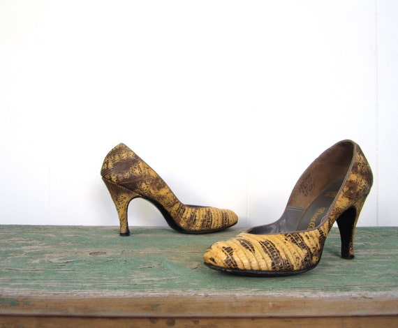 1950s Pumps / Snakeskin Heels / 50s Shoes / Gold and Black / 8 8 1/2