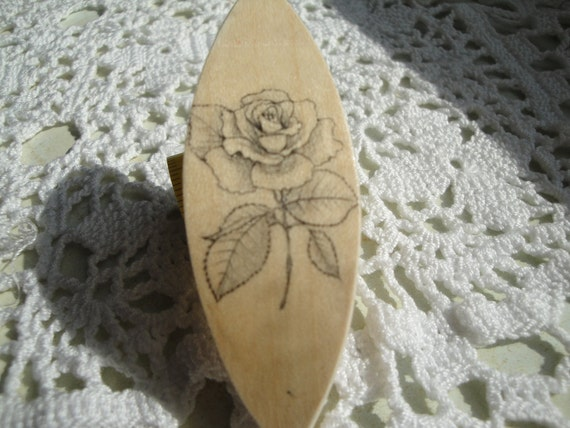Tatting shuttle with rose