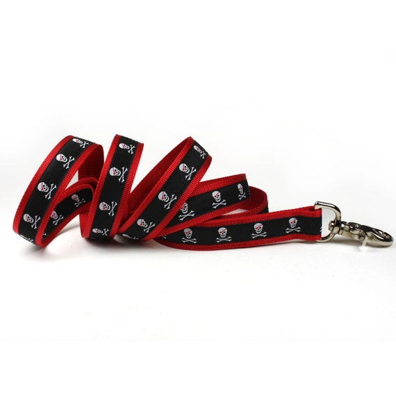 black and red skull and crossbones leash (1 inch)