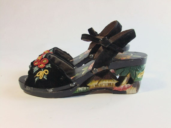 Vintage 1940s Wedges // The TROPICALI Fantastic Carved Painted Tourist Wedges with Velvet Uppers