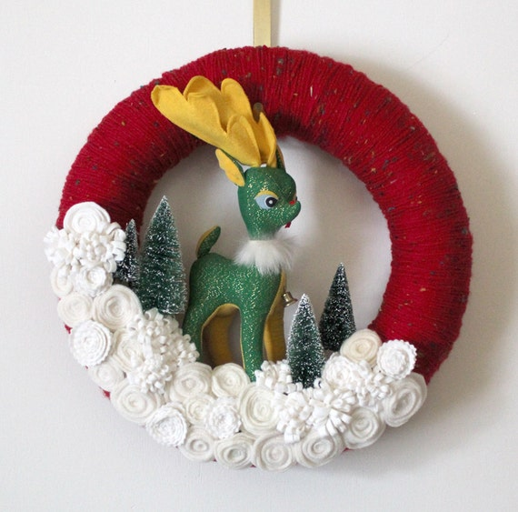 Retro Deer Wreath, Red and Off-White Yarn and Felt Wreath, 14 inch size