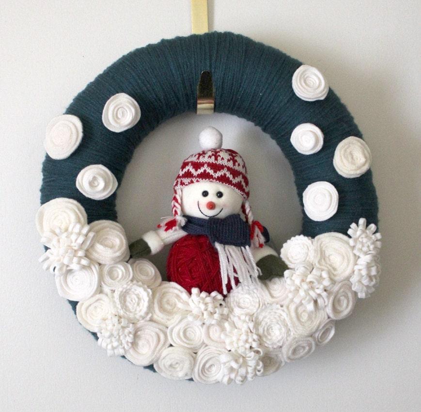 Hold for a m blue snowman wreath felt and yarn wreath - Como hacer coronas de navidad ...