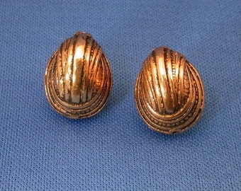 Vintage Lucite Walnut Beads Gold with Black Accents 2 Elegant Ribbed