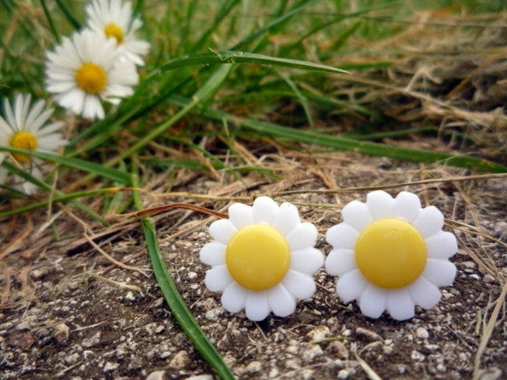 FREE SHIPPING  Cute Marguerite Button Earrings